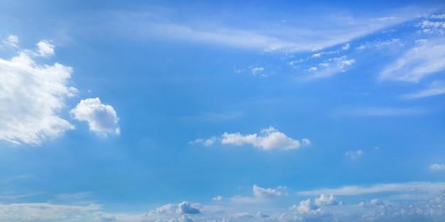 Heldere zonnige hemel met wolken op blauwe achtergrond Gratis Foto