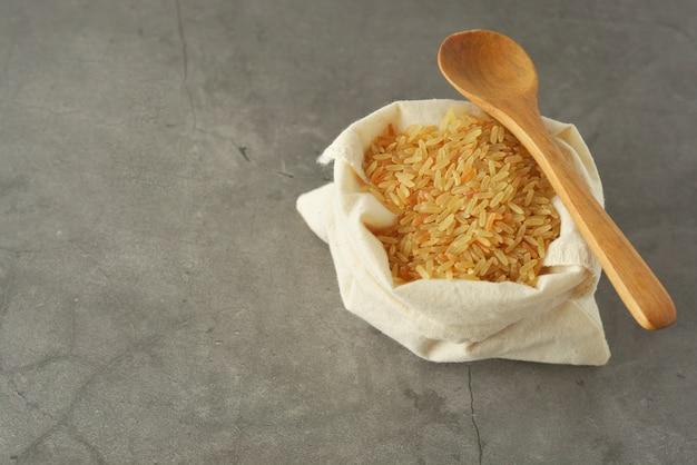 Hele rijsthoop. volkoren granen voor gezonde voeding. ruimte kopiëren. Premium Foto