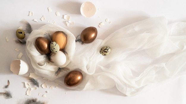 Helemaal wit. paaseieren op een witte doek. eierschaal. pasen concept. Premium Foto