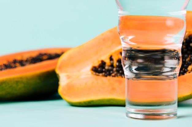 Helften papajafruit en water Gratis Foto