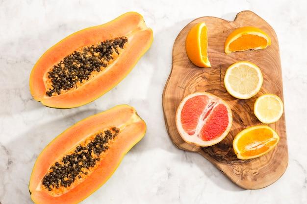 Helften van papaja en citrusvruchten Gratis Foto