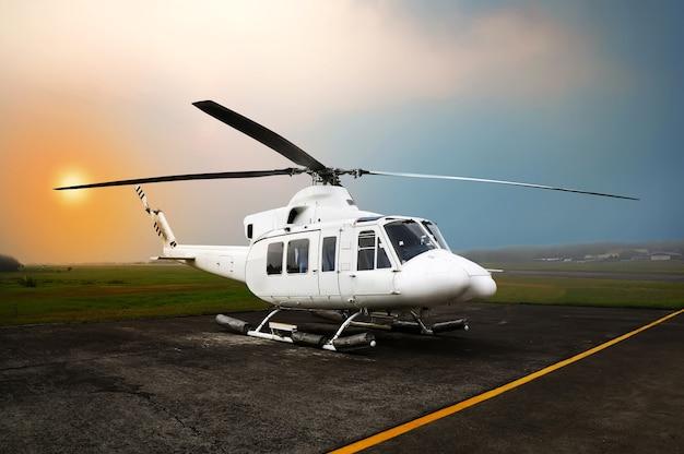 Helikopterparkeren op het vliegveld Premium Foto