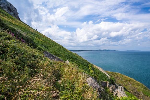 Helling van de berg bij ierse zeekust Premium Foto
