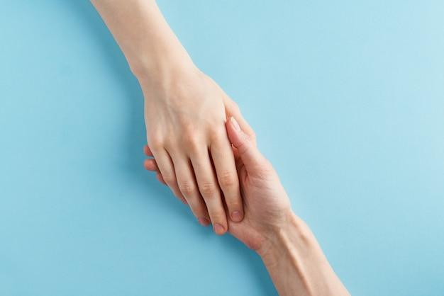 Helpende hand, ondersteuning in moeilijke situaties, crisis. laatste kans, hoop concept Premium Foto