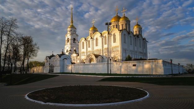 Hemelvaart kerk in vladimir stad, rusland. vladimir is een populaire toeristenstad uit de gouden ringlijst met steden om te bezoeken. Premium Foto