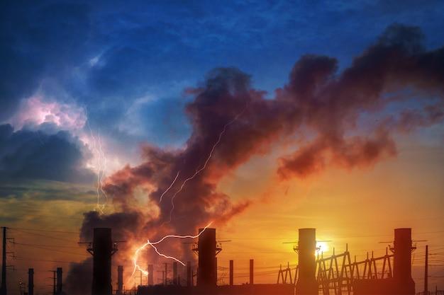Hemische fabriek en olieraffinaderij-industrie met zonsopgang. dramatische hemel en bliksem Premium Foto