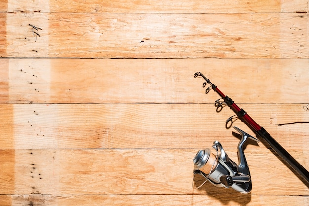 Hengel en visserijspoel op houten achtergrond Gratis Foto