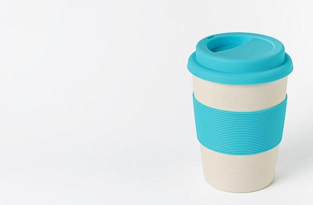 Herbruikbare bamboe koffiekop met blauwe siliconen houder en deksel. zero waste. Premium Foto