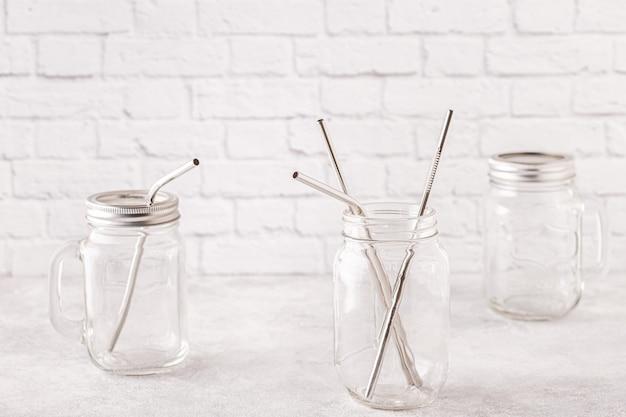 Herbruikbare metalen drinkbakjes en schoonmaakborsteltje in een potje. geen afvalconcept. Premium Foto