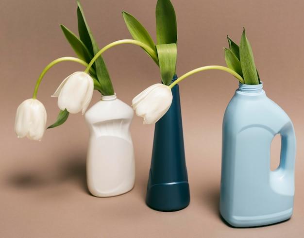 Herbruikbare plastic fles met bloemen Gratis Foto