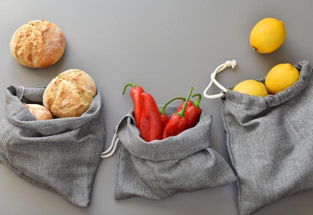 Herbruikbare zakken met linnen produceren voor winkelen zonder afval, milieuvriendelijke handgemaakte tassen met trekkoord. Premium Foto