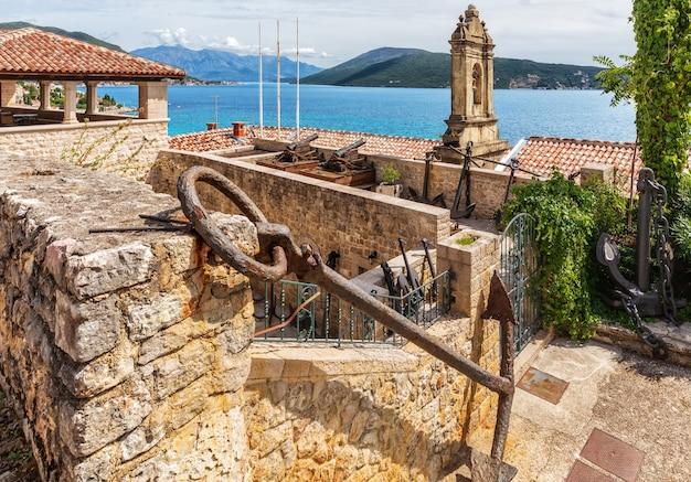 Herceg novi kustlijn luchtfoto van de oude stad, montenegro. Premium Foto