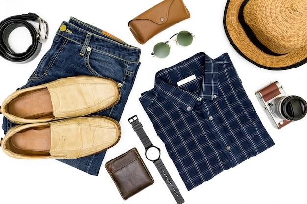 Herenkleding met bruine schoenen, blauw shirt en zonnebril op witte achtergrond. Premium Foto