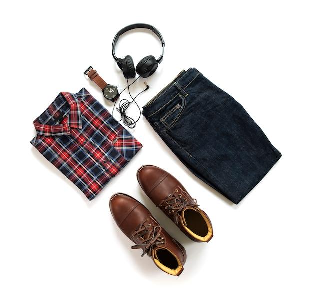 Herenkleding set met bruine laarzen, shirt, spijkerbroek, horloge en oortelefoon geïsoleerd op een witte achtergrond. bovenaanzicht Premium Foto