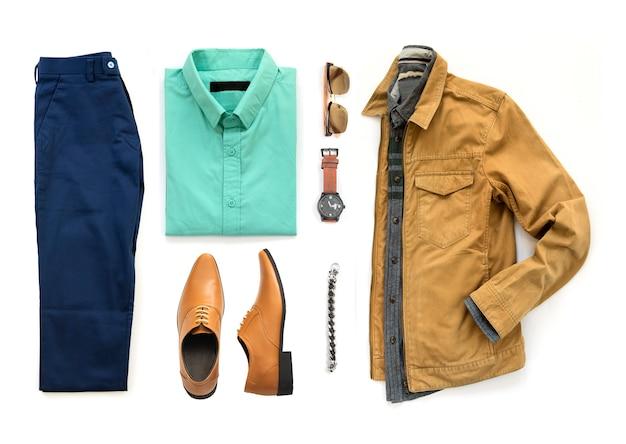 Herenkleding set met oxford schoenen, horloge, blauwe broek, zonnebril, kantoor shirt en gele jas geïsoleerd op een witte achtergrond, bovenaanzicht Premium Foto