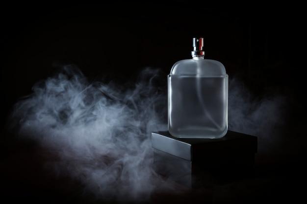 Herenparfum in rook Premium Foto