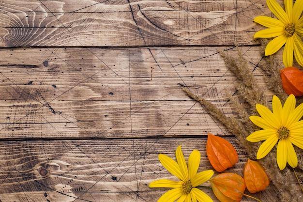 Herfst bloemen op houten achtergrond Premium Foto