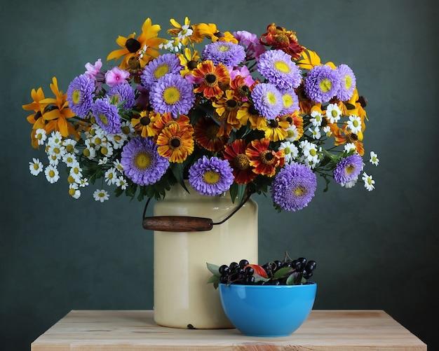 Herfst boeket tuin bloemen in het blikje en appelbes. land stilleven. Premium Foto
