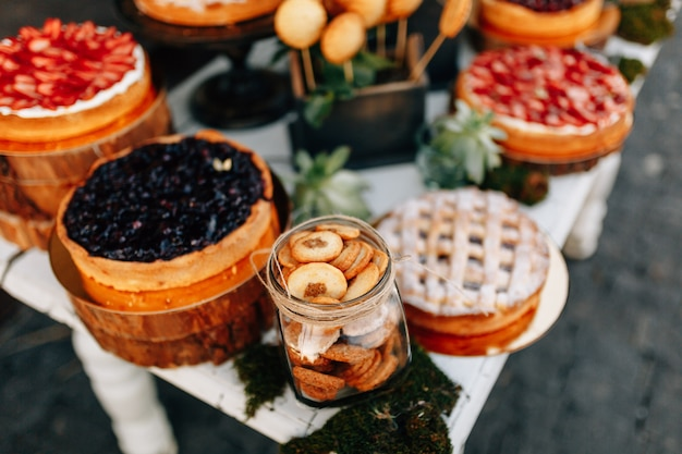 Herfst bruiloft zoete bar. cake, cupcakes, zoetheid en bloemen. Premium Foto