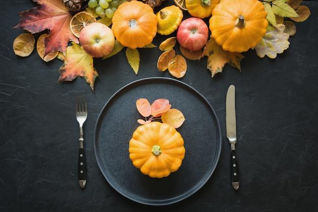 Herfst couvert met bladeren en pompoenen Premium Foto