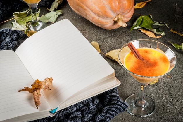 Herfst- en winterdranken. thanksgiving en halloween-cocktails. pompoentaart margarita met kaneelstokje,. Premium Foto