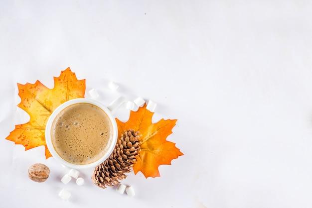 Herfst flatlay met cappuccino of warme chocolademelk Premium Foto