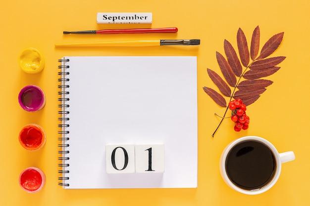 Herfst gekleurde bladeren en aquarel verf op gele achtergrond. Premium Foto