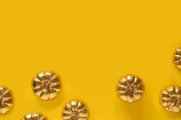 Herfst herfst thanksgiving day samenstelling met decoratieve gouden pompoenen Premium Foto