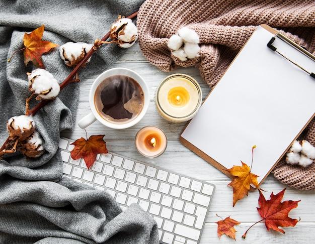 Herfst huis gezellige compositie met koffiekopje en toetsenbord Premium Foto