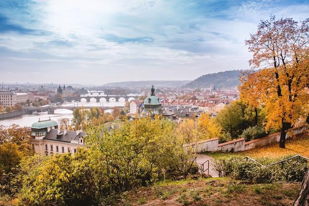 Herfst in praag met uitzicht op de historische stad Gratis Foto