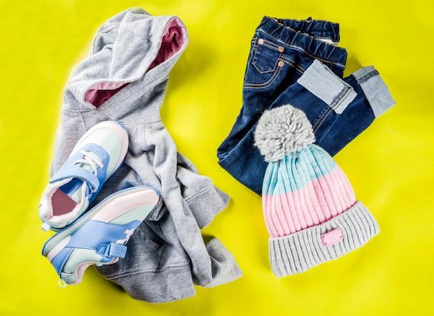 Herfst kinderen doek concept, kinderen warme herfst kleding Premium Foto