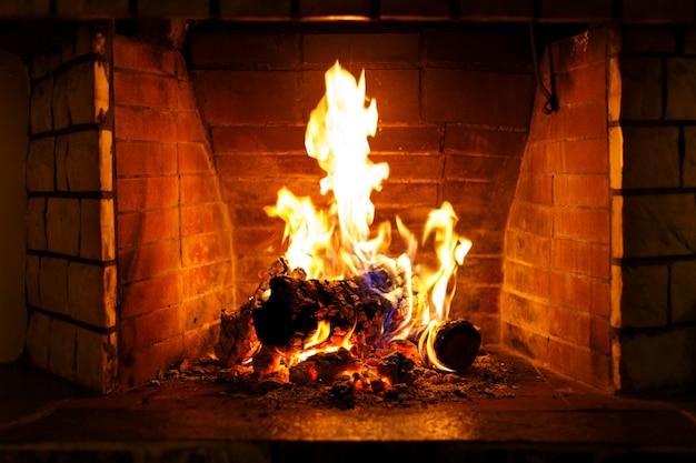 Herfst of winter brandende open haard Premium Foto