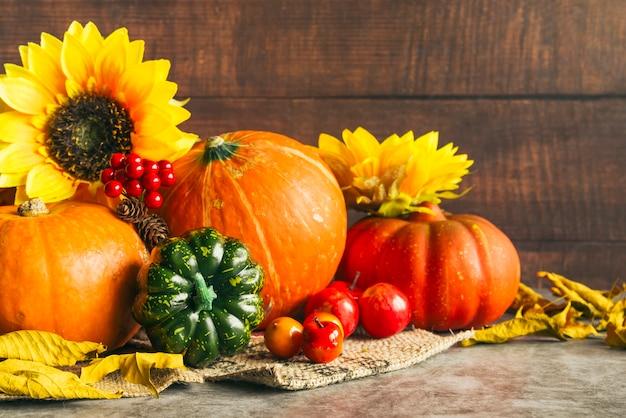Herfst oogst met gouden zonnebloemen Gratis Foto