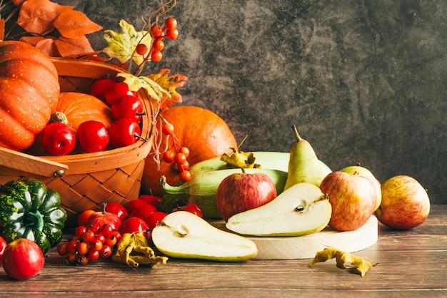 Herfst oogst op tafel Gratis Foto
