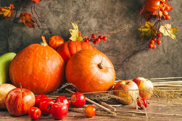 Herfst oogst op thanksgiving tafel Gratis Foto