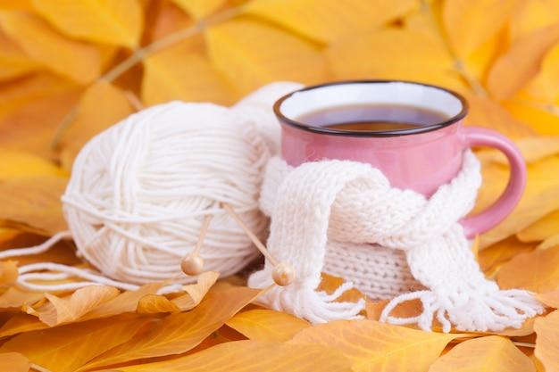 Herfst samenstelling kopje thee gewikkeld in een sjaal seizoensgebonden ochtendthee zondag ontspannen Premium Foto
