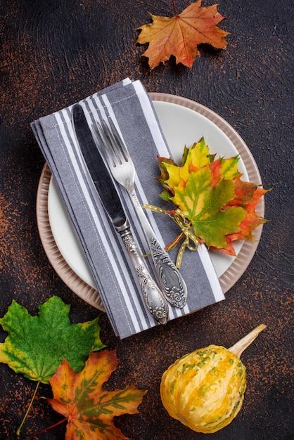 Herfst tabel instelling met kleurrijke bladeren Premium Foto