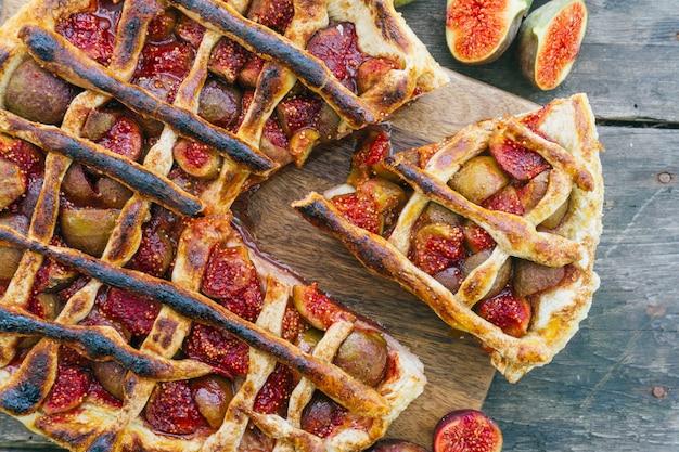 Herfst vijgen taart of taart met kaneel op een oude houten tafel. bovenaanzicht Premium Foto