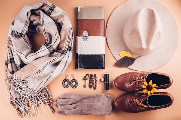 Herfst vrouwelijke outfit. set kleding, schoenen en accessoires Premium Foto