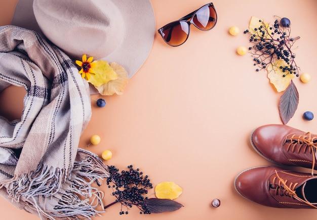 Herfst vrouwelijke outfit set van kleding, schoenen en accessoires Premium Foto