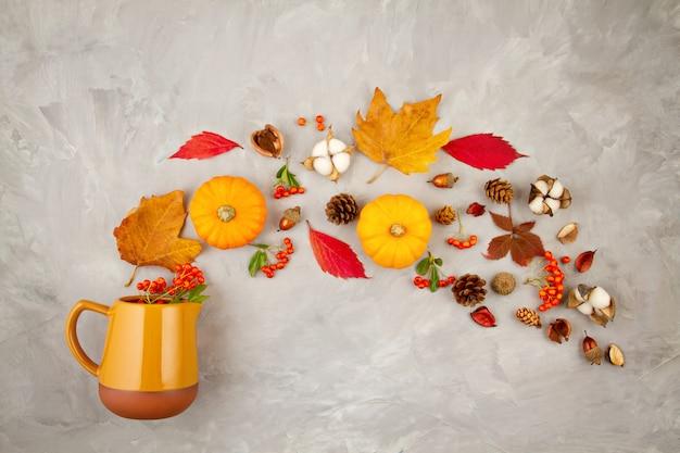 Herfstbladeren, pompoenen, bessen gieten uit een kruik. concept van de herfst stemming, kleuren, oogst Premium Foto