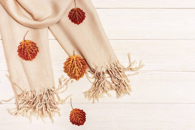 Herfstbladeren van espboom met stoffen sjaal Premium Foto
