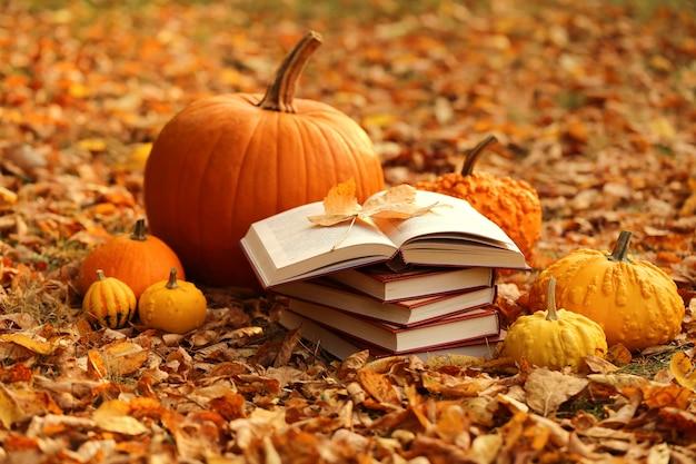 Herfstboeken. boeken lezen over de herfst. halloween-boeken. Premium Foto