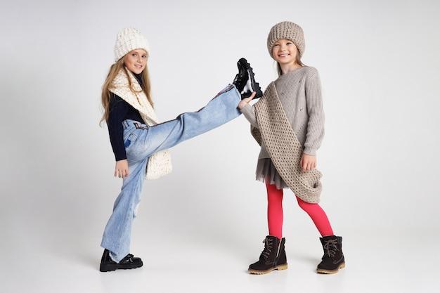 Herfstcollectie kleding voor kinderen en tieners. jassen en jassen voor herfst koud weer. kinderen poseren Premium Foto
