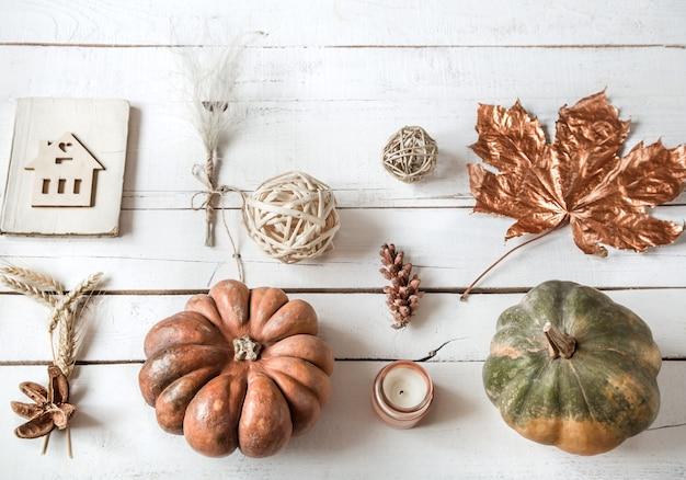 Herfstmuur met verschillende voorwerpen en pompoen. plat leggen. Gratis Foto
