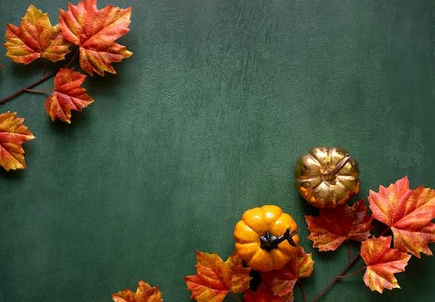 Herfstsamenstelling van herfstbladeren, minipompoenen met vrije exemplaarruimte voor tekst Premium Foto