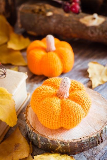 Herfststilleven met een pompoen en gevallen bladeren Premium Foto