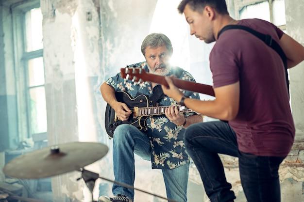 Herhaling van rockmuziekband. elektrische gitaristen Gratis Foto