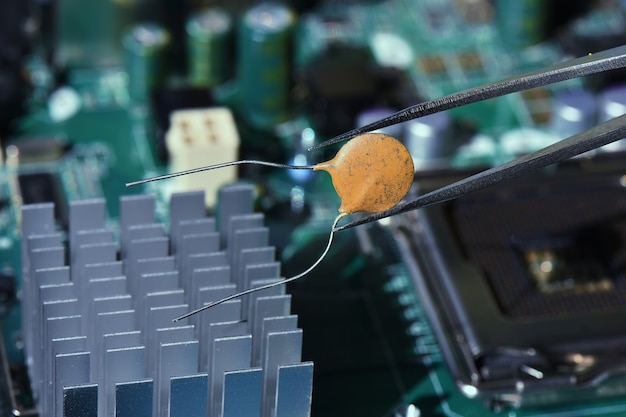 Herstellen van beschadigde elektronische componenten Premium Foto