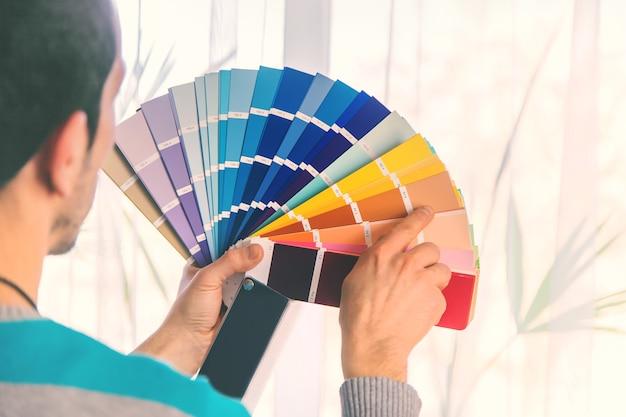 Herstelwerkzaamheden om de kleur van de verf op het palet te selecteren. selectieve aandacht. mensen. Premium Foto